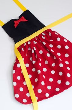 Minnie Mouse dress up apron for toddlers and little girls - DIY and Crafts Sewing Hacks, Sewing Tutorials, Sewing Crafts, Sewing Projects, Sewing Patterns, Dress Up Aprons, Dress Up Outfits, Dresses, Sewing For Kids