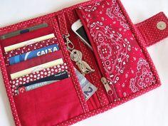 Carteira feminina de patchwork com divisóes para cartões, notas e moedas. Diferencial: mosquetão para chave. Feita em tecido de algodão, estruturada com manta acrílica e acabamento do viés feito à mão. Fecha com botão imantado. Possui 5 divisórias para cartões 1 divisória para cédulas ... Hand Sewing Projects, Sewing Projects For Beginners, Sewing Crafts, Wallet Sewing Pattern, Sewing Patterns Free, Sew Wallet, Sewing To Sell, Patchwork Bags, Little Bag