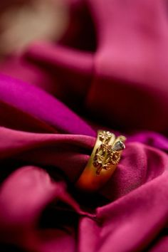 This naturalistic flower ring design is inspired by the Victorian 'Language of Flowers'. The ring shows a variety of flowers intertwined with leaves which are all engraved and carved. As the ring is made from three different types of gold, the ring design has three colours. Photography: @philippasianphotography #LanguageofFlowers #VictorianRingDesign #NaturalisticRingDesign #FloralRing #FlowerRingDesign Victorian Engagement Rings, Dream Engagement Rings, Victorian Ring, Victorian Era, Engraved Wedding Rings, Gold Wedding Rings, Wedding Jewelry, Country Rings, Full Eternity Ring