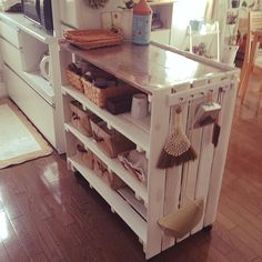 女性で、2LDKのすのこ DIY/収納/賃貸/DIY/キッチンについてのインテリア実例を紹介。「すのこで作ったキッチンカウンター^ ^こんな感じで収納してます。」(この写真は 2014-08-19 19:06:03 に共有されました)