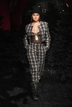 Chanel | Ready-to-Wear Autumn 2021 | Look 10 Fashion Week Paris, Runway Fashion, Fashion News, Fashion Beauty, Fashion Looks, Couture Mode, Style Couture, Haute Couture Fashion, Fashion Seasons