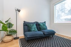 Simple modern floorlamp in a scandinavian living room. Scandinavian Table Lamps, Scandinavian Living, Eclectic Modern, Modern Traditional, Rustic Industrial, Couch, Ceiling Lights, Contemporary, Living Room