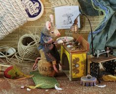 Maggie Rudy - this links to a page of truly amazing little dioramas starring the hand-felted mice. Cute Mouse, Mini Mouse, Sculpture Textile, Stuart Little, Hamster, Felt Mouse, Miniature Houses, Magical Creatures, Miniture Things