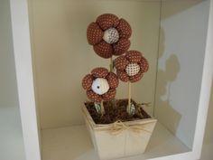 Vaso de MDF com três flores de tecido com enchimento de fibra siliconada.