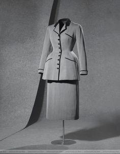 Continuando con la lista de mis diseñadores de moda predilectos, en esta ocasion me permito presentarles a Cristóbal Balenciaga, fue un p...