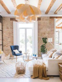 Grinzi de lemn și cărămidă expusă într-un apartament mediteranean | Jurnal de Design Interior Patio Interior, Apartment Interior, Apartment Living, Design Interior, Beautiful Home Designs, Beautiful Space, Spanish Apartment, Living Room Designs, Living Spaces