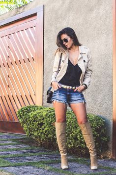 Look com bota shorts jeans e trench coat !