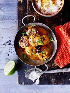 Intialainen makumaailma nostaa lihapullat aivan uudelle tasolle. Näihin suussasulaviin possupyöryköihin tulee himo! Älä pelästy mausteluettelon pituutta, kaikki ainekset löytyvät kyllä lähikaupasta.