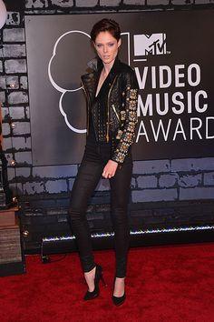 COCO ROCHA  La modelo desfiló por la alfombra roja de los MTV Video Music Awards con una chamarra de cuero de Fausto Puglisi. El evento se realizó en el Barclays Center de Brooklyn, Nueva York.