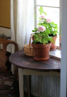 Halvcirkelbord vid fönstret ger plats för mer blommor. Swedish Cottage, Red Cottage, Swedish House, Cottage Style, Pink Geranium, Room Of One's Own, Terracota, Scandinavian Living, French Country Style
