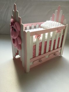 I want this spectacular photo Diy Popsicle Stick Crafts, Popsicle Stick Houses, Barbie Furniture Tutorial, Diy Barbie Furniture, Diy For Kids, Crafts For Kids, Diy Dollhouse, Homemade Dollhouse, Moldes Para Baby Shower