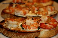 * Tosta de gambas y alioli No Cook Appetizers, Finger Food Appetizers, Food T, Food And Drink, Yummy Food, Seafood Recipes, Mexican Food Recipes, Healthy Recipes, Small Meals