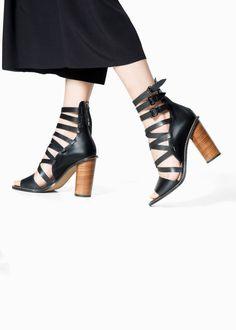 Mango 2015 İlkbahar Yaz Sandalet Modelleri Son zamanlarda gerek modelleri gerekse kalitesi ile oldukça ilgi çeken ve beğenilen giyim markalarından Mango, 2015 ilkbahar yaz sezonunda iddialı sandalet modellerine imza atıyor.
