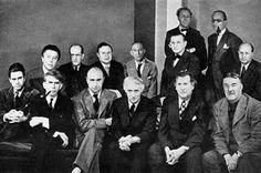 """Grupo de artistas participantes en la exposición: """"Artists in Exile"""": Front row left to right: Matta Echaurren, Ossip Zadkine, Yves Tanguy, Max Ernst, Marc Chagall, Fernand Léger  Second row: André Breton, Piet Mondrian, André Masson, Amédée Ozenfant, Jacques Lipchitz, Pavel Tchelitchew, Kurt Seligmann and Eugene Berman. (Photo: George Platt Lynes/WR5)"""
