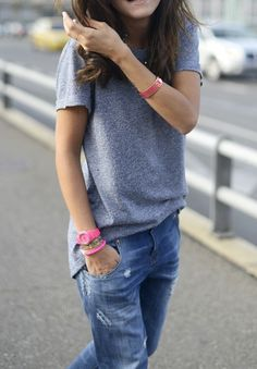 Boyfriend jeans, baggy grey t-shirt and bright color watch