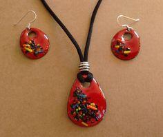 Conjunto realizado en esmalte al fuego sobre cobre con aplicaciones de hilos de vidrio de colores