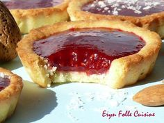 Almond & Raspberry Cookies-Tarts - Eryn and his crazy cuisine - Almond & Raspberry Cookies-Tarts – Eryn and his crazy cuisine - Mini Desserts, Delicious Desserts, Dessert Recipes, Biscuit Cookies, Cupcake Cookies, Raspberry Cookies, Raspberry Tarts, Baguette, Homemade Pastries