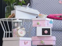 Give a second life to your shoe boxes, transforming them into pretty colorful storage boxes! Material Shoe boxes Wallpaper drops Paper glue A big brush Buttons … by cathyjade Web Box, Recycled Magazines, Diy Adult, Paper Glue, Hacks Diy, Shoe Box, Storage Boxes, Toy Chest, Recycling