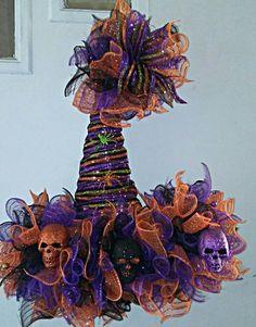 Halloween Witch Wreath, Halloween Mesh Wreaths, Halloween Magic, Halloween Hats, Halloween Yard Decorations, Wreath Crafts, Diy Wreath, Wreath Ideas, Holiday Hats