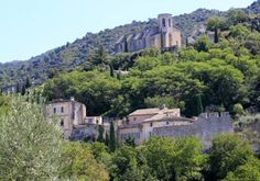 84580 Oppède-Le-Vieux - médiéval houses and Chateau, churches Saint-Laurent and Saint-Antonin, panoramic view of the Luberon hill range