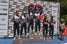 Pierwsze miejsce: Andreas Mikkelsen/Anders Jæger. Drugie miejsce: Sébastien Ogier/Julien Ingrassia. Zwycięzcy Rajdowych Mistrzostw Świata (WRC 2016 - Rajd Australii). #wrc #volkswagen #volkswagenteam #motorsport #australia #wrc #fia