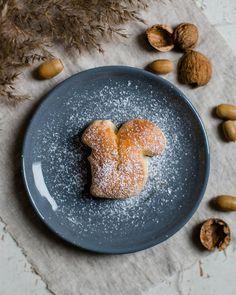 """Saskia ♡ on Instagram: """"Guten Morgen ihr Lieben 🍁 der Mini hat ganz fleissig am Sonntag zusammen mit mir die Eichhörnchen aus süßem Hefeteig ausgestochen. Er ist…"""" Panna Cotta, Ethnic Recipes, Instagram, Food, Inspiration, Simple, Good Morning Love, Sunday, Fall Diy"""