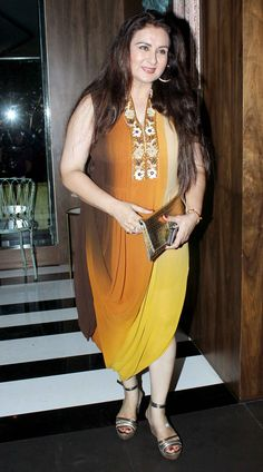 Poonam Dhillon arrived wearing a bright number to the event. Indian Actress Photos, Indian Bollywood Actress, Beautiful Bollywood Actress, Bollywood Fashion, Indian Actresses, Beautiful Girl Indian, Most Beautiful Indian Actress, Ranveer Singh Hairstyle, Bollywood Designer Sarees