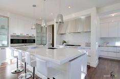 Белоснежная и светлая кухня