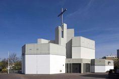 St.-Raphael-Kirche mit Gemeindezentrum der Architekten Toni Hermanns und Hannes Hermanns. Teil der Ausstellung Niedersachsen zwischen Nierentisch und Postmoderne (Foto: Olaf Mahlstedt)