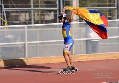 Paola Serrano alzando la bandera de Colombia Speed Skates, Roller Skating, Basketball Court, Women, Colombian Flag, Inline Skating, Earth, Exercises, Sports