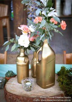 Decoração de Casamento rápida e barata: arranjos de flores em garrafas douradas. Inexpensive DIY wedding decor