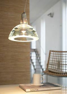 De Galileo hanglamp, een échte design klassieker, ontworpen door Emanuele Rici. De hanglamp wordt gemaakt uit zes lagen kristalglas van 3,5 centimeter dik.