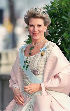 Queen Anne-Marie is also a big fan of the Greek Emerald Parure tiara, which dates back to 1867 and has a matching emerald necklace to go with it. Royal Crowns, Royal Tiaras, Tiaras And Crowns, Greek Royal Family, Danish Royal Family, Casa Real, Greek Royalty, Emerald Necklace, Emerald Rings