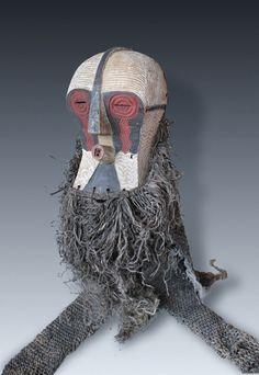 A Great Kifwebe Mask with origin costume, Luba-Peoples, Congo  Maße (Höhe x Breite x Tiefe): ca. 38 x 24 x 19 cm (nur Maske) Gesamtlänge mit Kostüm ca. 102 cm- Gewicht: ca. 3000 gr. (mit Kostüm)