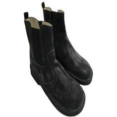 STIVALETTI PER BAMBINA DI EQUERRY Stivaletti da bambina di Equerry con tomaia in vera pelle scamosciata delavè e traforata di colore nero con applicazione elastica sulla parte esterna e zip nella parte interna. Stivaletti Equerry comodi e pratici, ideali per l'inverno. #equerry #scarpeequerry #calzatureequerry #scarpe #calzature #bambina #bimba #ragazza #girls #fashion #shoes #moda #shopping #eshop