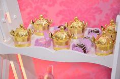 Mini coroa em acrílico na dourada. Linda para usar na decoração da sua festa e pode ser usada como porta docinhos. <br>Dimensões: 10 cm de altura x 8 cm de diâmetro.