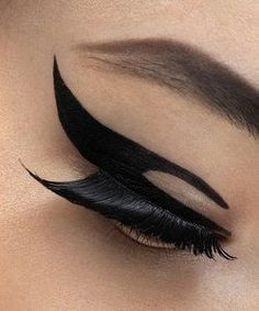 Creative winged liner #makeup #iheartraves