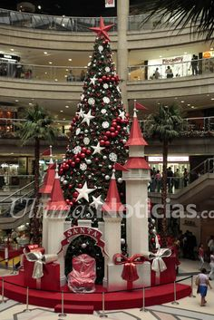 Árbol de navidad, en el Centro Comercial El Recreo. Foto: Archivo Fotográfico/Grupo Últimas Noticias Office Christmas Decorations, Christmas Themes, Christmas Wreaths, Holiday Decor, Christmas Design, Christmas 2019, Christmas Lights, Christmas Wonderland, Festival Decorations