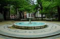 We are also lonely #wanderers and a city is the perfect place to loose yourself. Squares, gardens epitomize the ambiguity of the noisy and permanent pace of the city and the delightful pause of a green oasis. Here, Praça da #Amoreiras, in #Lisbon, one of my favorite place : a cosy garden, a #fountain attracting kids and birds, stone and wooden benches, a discrete bistro on the side, the great history within the shadow of the gigantic #aqueduct... What more ?