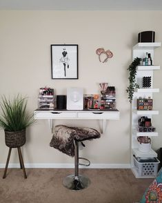 Women are turning a drawer from IKEA into the dream dressing table – and it fits the smallest bedrooms Source by heiidiibees table ideas Dressing Table Hacks, Small Dressing Table, Bedroom Dressing Table, Dressing Table Organisation, Makeup Dressing Table, Dressing Room, Ikea Drawers, Set Of Drawers, Ikea Hack Alex