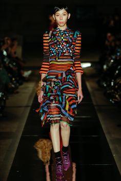 Guarda la sfilata di moda Givenchy a Parigi e scopri la collezione di abiti e accessori per la stagione Collezioni Primavera Estate 2017.