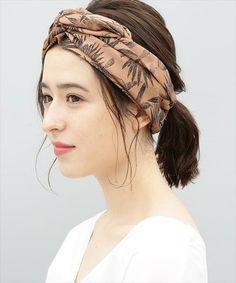 伸ばし掛けの中途半端なミディアムヘアを、低めの位置でポニーテールに。顔周りに軽くおくれ毛を出して、あとはヘアバンドですっきりまとめましょう。ナチュラルで完璧なバランスの完成です。 Scrunchies, Hairstyle, Color, Fashion, Turbans, Head Bands, Hair Job, Moda, Hair Style