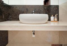 Przypominamy naszą realizację łazienki z dwóch odcieni marmurów. Ciemno brązowa okładzina ściany z zatopionymi muszlami i amonitami to marmur Fossil Brown... GRANMAR.net
