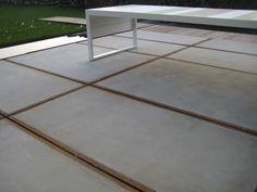 Betonplaten terras met houten pad
