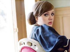 Para quem ama a cantora Adele e nunca deixa de reparar no seu look, saiba que você não está sozinha. A inglesinha arrebentou na apresentação do Brit Awards tanto cantando, como na composição da roupa e, principalmente, em sua maquiagem.