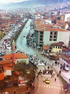HAŞİM İŞÇAN CADDESİ GİRİŞİNDE 1996 YILINDA YIKILAN SULUKİ CAMİİ 1993 (Şimdiki Medikal Park önünde) #Bursa #EskiBursa