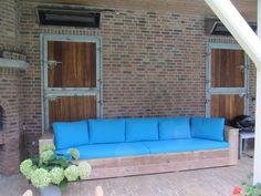 loungebank van steigerplanken, steigerhout loungebank met kussens, grote steigerhouten loungebank, steigerhouten loungebank