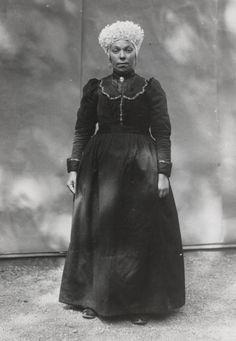 Vrouw in streekdracht uit Bergen op Zoom. De opname is gemaakt in 1913 te Amsterdam, tijdens het Klederdrachtenfeest. Dit was onderdeel van de festiviteiten rond de 100-jarige onafhankelijkheid van Nederland (1813-1913). #NoordBrabant