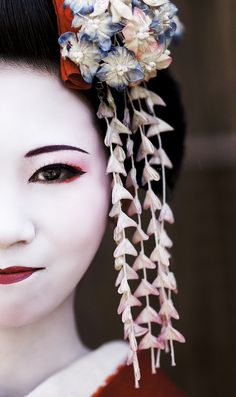 June 2016 The Geisha of Japan has the biggest influence on looks and fashion in the Japanese culture. This trend makes the beauty industry capitalize because of the high demand of women wanting clean white Geisha skin. Japanese Beauty, Japanese Girl, Asian Beauty, Japanese Kimono, Japanese Style, Kyoto Japan, Japan Japan, Okinawa Japan, Die Geisha