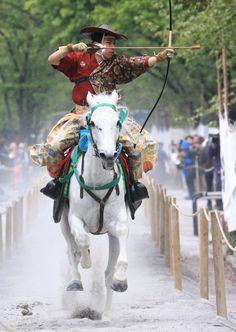 #Japan yabusame Yukata, Mounted Archery, Japanese Warrior, Traditional Japanese Art, Martial Arts Women, Samurai Armor, Work Horses, Game Character Design, Japan Fashion